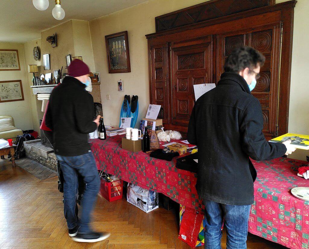 Deux personnes achètent des objets sur un marché en monnaie libre